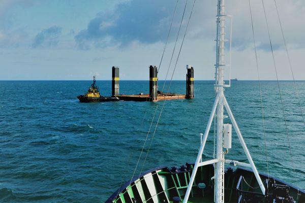 Un bateau du Cross Gris-Nez a porté assistance à ce remorqueur britannique, en difficulté avec une barge de 50 mètres.