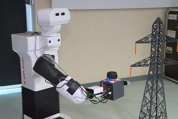 Pour l'instant, c'est un robot nommé Tiago qui inspecte des pylônes miniaturisés avec tous les capteurs qui seront ensuite embarqués dans un drone.
