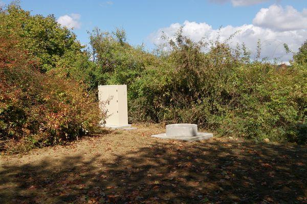 Le capteur sismique de Ville-en-Selve a été mis en place au fond d'un forage de 12 mètres, dans un coin du cimetière de la commune.