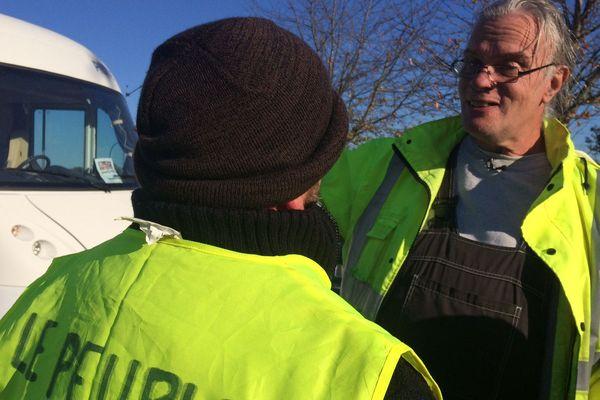 """Des """"Gilets jaunes"""" mobilisés au rond-point de l'Europe à Guéret, ce dimanche 18 novembre."""