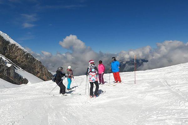 Des skieurs sur le domaine de La Clusaz, le 23 mai 2021.