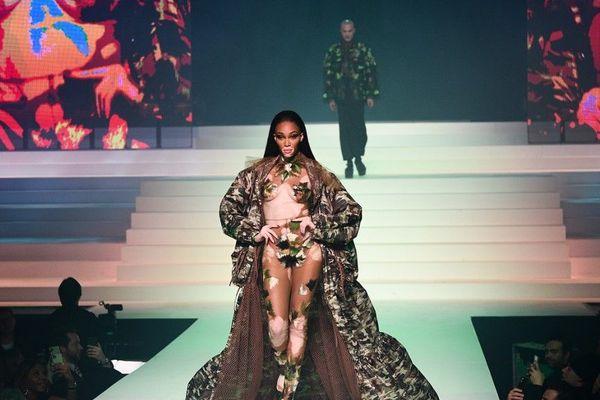 La mannequin Winnie Harlow, atteinte de vitiligo, a défilé pour Jean Paul Gaultier qui aime célébrer la beauté de tous les corps.