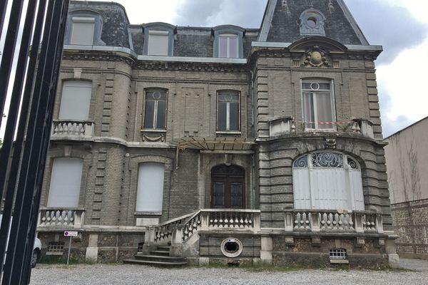 2 mai 2021: la maison du 37 rue d'Elbeuf où a eu lieu l'accident. A droite  : les restes de la balustrade du petit balcon qui a cédé