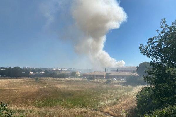 Le feu s'est déclaré à 7H ce lundi 14 juin 2021. Il est toujours en cours.