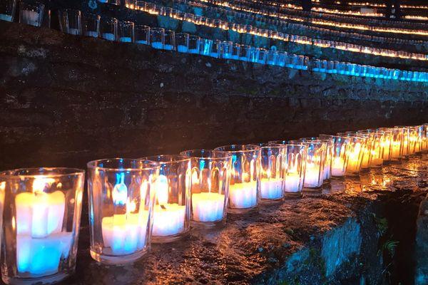 Faute d'une vraie Fête des Lumières, à Lyon, des milliers de lumignons ont été allumés pour rendre hommage aux soignants et à tous les acteurs de la lutte contre la crise sanitaire du Covid-19.