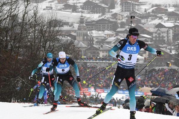 Le Jurassien Quentin Fillon-Maillet, suivi de Martin Fourcade, au cours de la mass-start. La course s'est tenue au Grand-Bornand, étape de la coupe du monde de biathlon, le 22 décembre 2019.