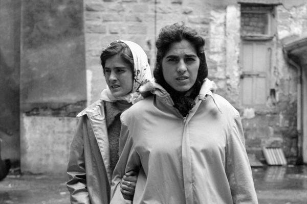 Irène Jodar (à droite) et sa soeur marchent dans une rue de Fréjus, le 08 décembre 1959.