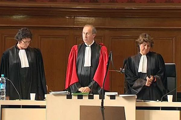 Le président de la cour d'assises de l'Aude à Carcassonne et ses deux assesseurs lors du procès du bébé congelé à Limoux - 17 mai 2016