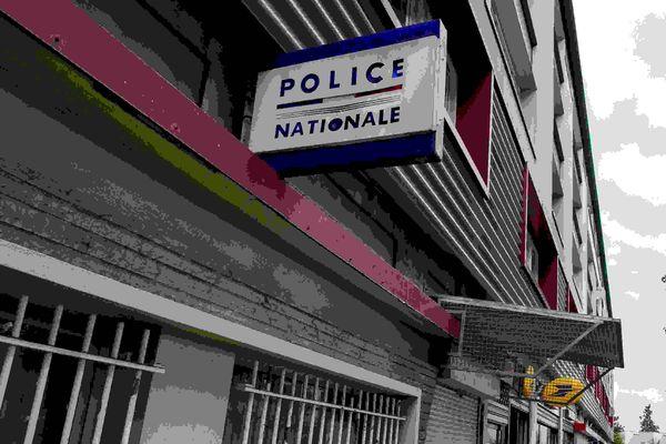 La police nationale manifeste devant les tribunaux de grande instance