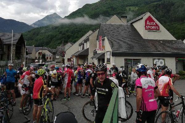 Une partie des cyclistes amateurs venus reconnaitre à Saint-Lary-Soulan la'arrivée de la 17e étape du Tour de France 2018