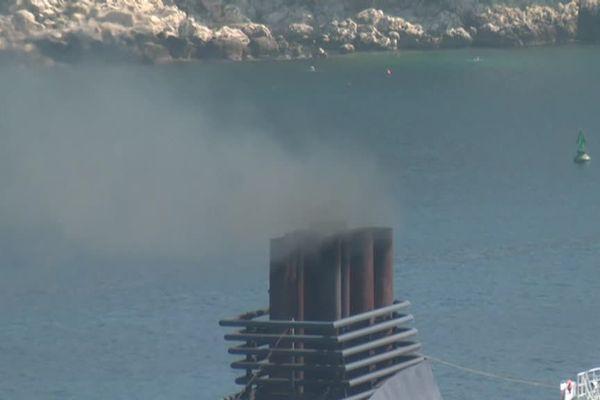 Réduire les particules fines rejetées dans l'atmosphère par les bateaux, un enjeu sanitaire pour la population marseillaise.