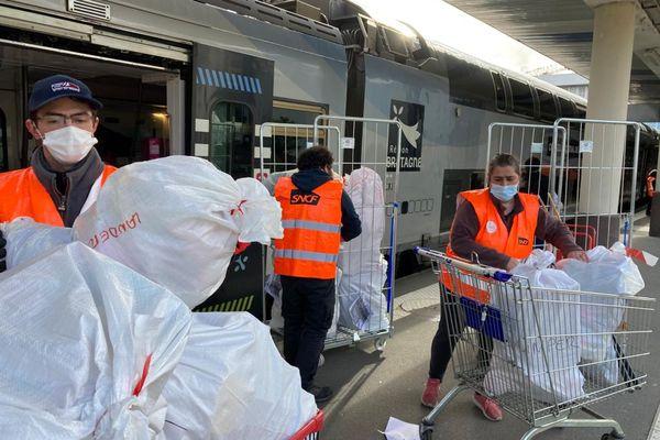Les agents SNCF chargent le train de jouets dans le cadre d'une collecte ferroviaire solidaire