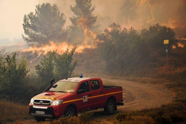 850 hectares ont été ravagés dans l'Aude depuis samedi 24 juillet par un important feu de forêt. Des renforts ont été envoyés de Nouvelle-Aquitaine.