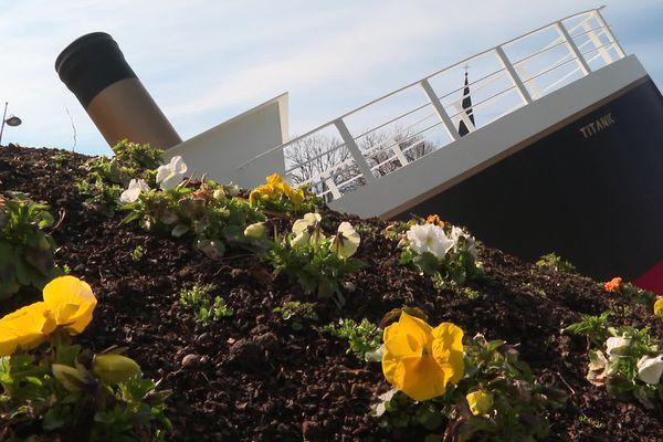 La proue du Titanic semble s'enfoncer par l'arrière dans les fleurs. En réalité, le Titanic a coulé par l'avant dans les eaux glacées du Nord-Atlantique, et c'est la poupe, sa partie arrière, qui s'est retrouvée en l'air.