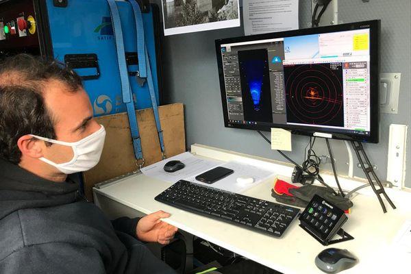 Un technicien de la société d'expertise subaquatique Satif OA suit à l'écran les données récoltées par le robot qui inspecte les parois du barrage du Salagou. 4/03/2021