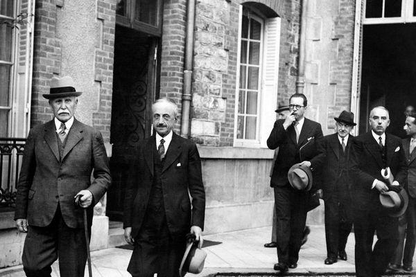 Philippe Pétain, chef de l'Etat français, le général Emile Laure, le ministre de l'Intérieur Pierre Pucheux et le directeur du cabinet civil Henry du Moulin de Labarthète sortent du conseil des ministres qui s'est tenu au Pavillon Sévigné à Vichy le 12 août 1941.