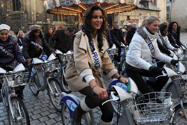 Malika Menard et les candidates a l'élection de miss France 2011 ont rapidement visité le centre de Caen en vélo.