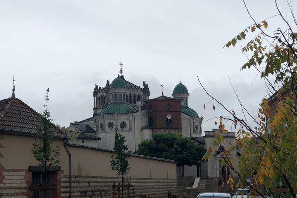 Les toits de la basilique d'Ars-sur-Formans (Ain)