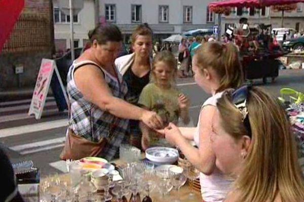 Vêtements, cartables, vaisselle ou objets rares s'échangent pour quelques sous à Oisemont (Somme).