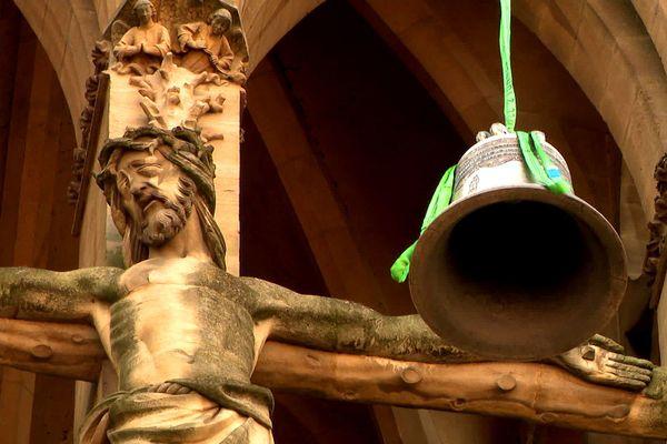 Lors de son élévation le 29 juillet 2020 Paul, la nouvelle cloche, croise le Christ en croix sur la façade nord de la cathédrale Saint Etienne de Metz