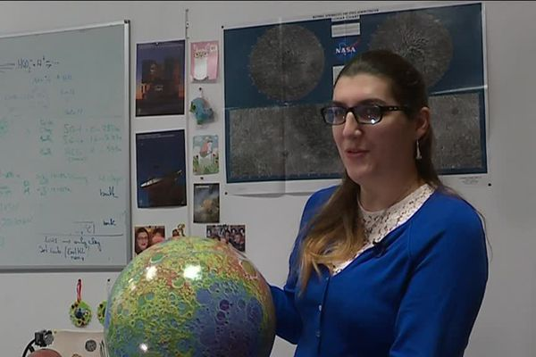 Jessica Flahaut, chargée de recherche, est l'une des scientifiques du Centre de Recherches pétrographiques et Géochimiques du CNRS à Vandoeuvre-lès-Nancy (CRPG) qui ont travaillé sur la mission chinoise Chang'E-4*.