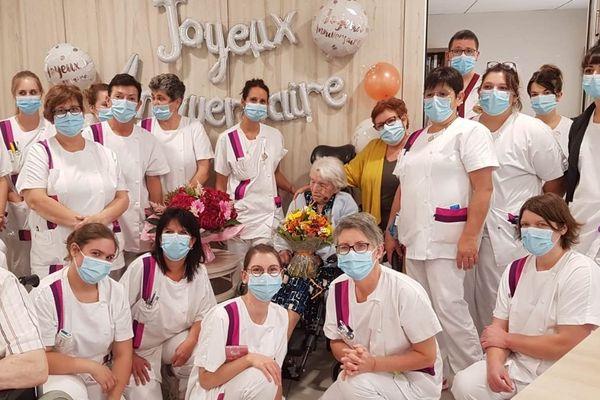 Les soignants de l'Ehpad entourent Marie Jousseaume à l'occasion de ses 113 ans
