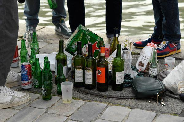 Bouteilles d'alcool posées à même le sol sur la voie publique lors d'un apéritif sur les bords de Seine – Archives