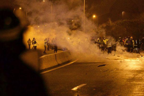 """Face à face tendu entre CRS et """"Gilets Jaunes"""" samedi soir à Calais."""