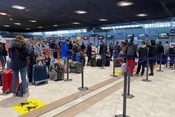 Une file d'attente à l'aéroport Nice Côte d'Azur le 19 décembre 2020.