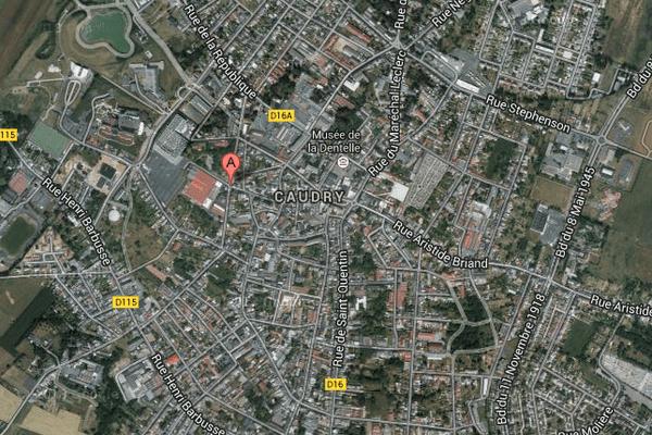 Le bâtiment au toit rouge est tout proche du centre-ville de Caudry.