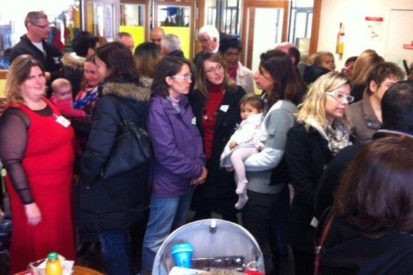 Les parents se sont rassemblés dans le hall de l'école d'Ingré.