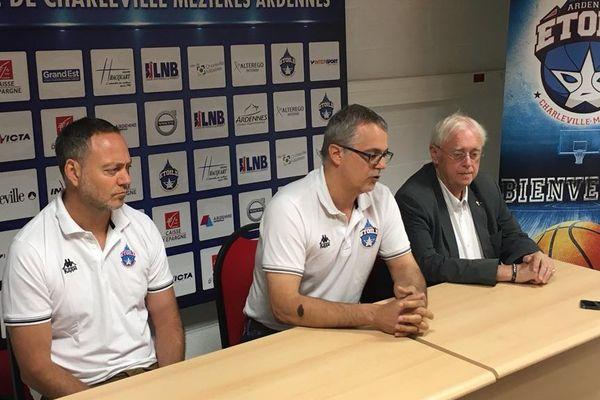 A gauche : l'entraîneur de l'Etoile, Alexandre Casimiri, au centre : le président du club, Luc Torrès.