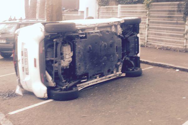 Une voiture renversée à côté du lycée la Chauvinière.