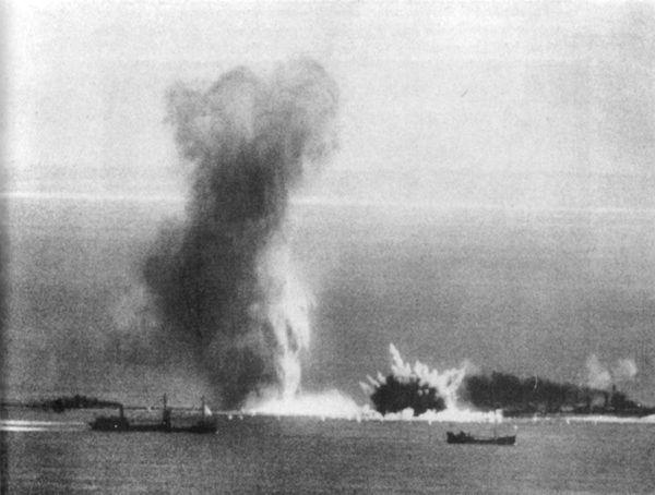Des navires britanniques bombardés sur la Manche le 14 juillet 1940.