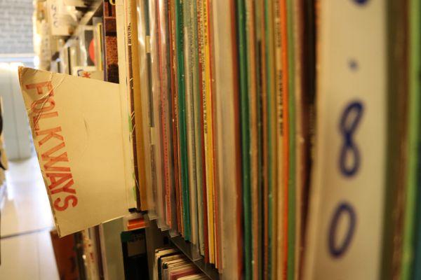 La collection Folkways dans les rayons de la Disco.
