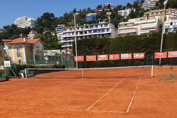 La terre battue de l'un des cours du Nice LTC quotidiennement entretenue.