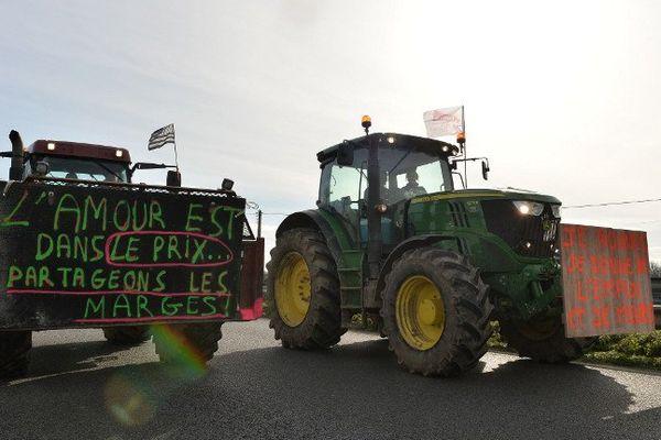 Des centaines de tracteurs convergeaient mercredi vers Rennes où la rocade a été fermée avant même l'arrivée des premiers agriculteurs.