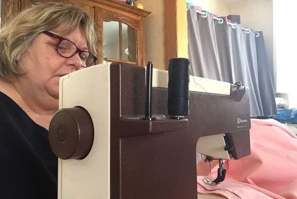 Marie-Thérèse Picot confectionne des blouses et des masques pour le personnel soignant du CHU de Reims