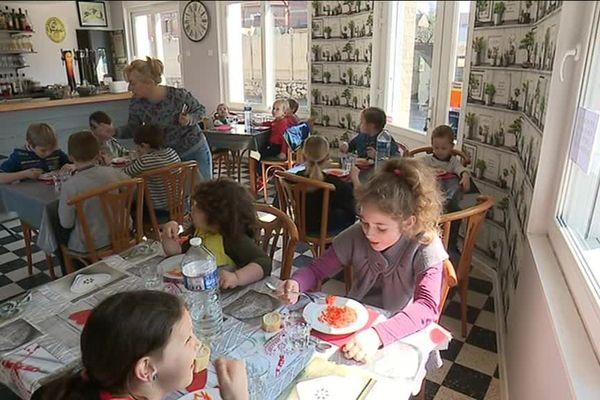À Cappy, pas de cantine : les écoliers mangent au restaurant.