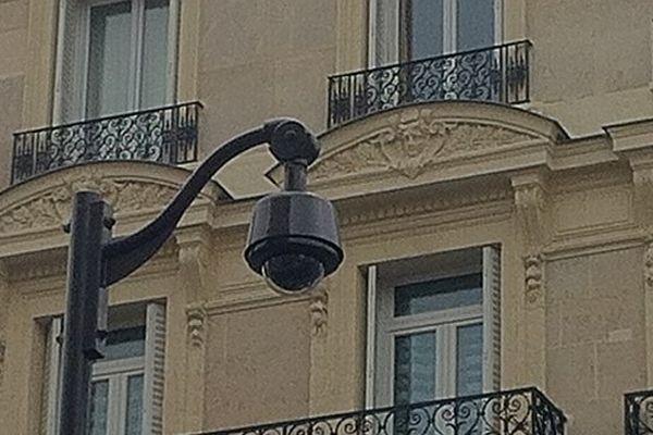 Une caméra de vidéo-surveillance à Paris.