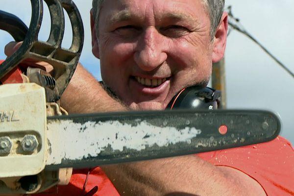 Werner, l'artiste qui travaille à la tronçonneuse