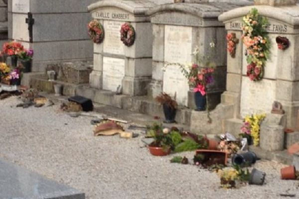 Vases et crucifix ont été renversés et brisés