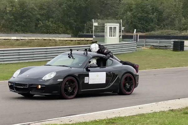 Le cascadeur Marko König sur le toit d'une Porsche le 12 octobre.