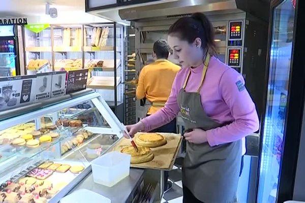 La jeune femme est actuellement vendeuse en boulangerie.