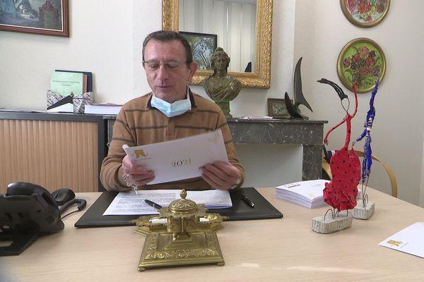 Marc Médina, le maire de Torreilles, achève la signature des cartes de vœux pour ses administrés/jardiniers.