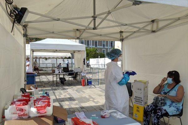 Place de l'hôtel de ville à Montluçon dans l'Alllier, a lieu pendant 2 jours une opération de dépistage massif du COVID 19.