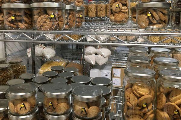 La Base, un drive bio et zéro déchet qui propose des produits en vrac, a ouvert ses portes à Saint-Apollinaire, dans l'agglomération de Dijon.