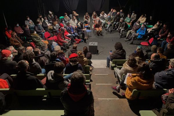 """Des dizaines d'intermittents du spectacle et de travailleurs précaires ont répondu à l'appel pour une """"mobilisation intersectorielle""""."""