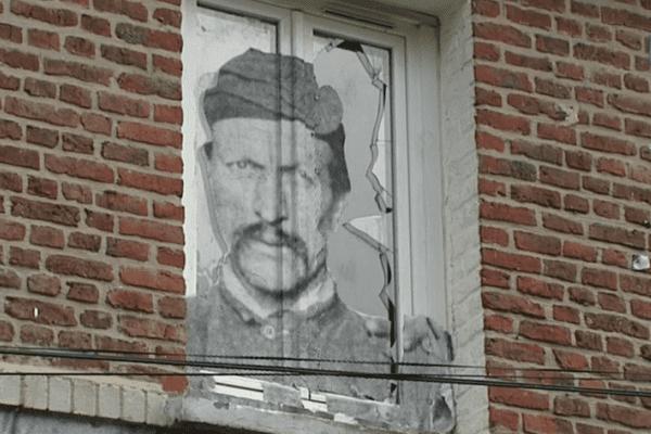 Des portraits de mineurs ont été collés par l'artiste JR sur les murs de la cité minière.