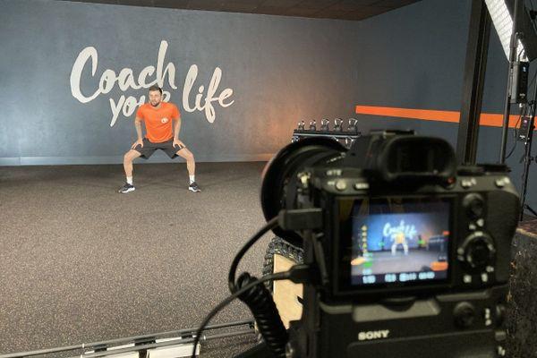 """""""Jusque-là, les cours vidéo étaient une solution de dépannage mais l'objectif est d'en faire une véritable offre professionnelle """", affirme Thibault de Morel, Directeur Marketing Communication L'Appart Fitness."""